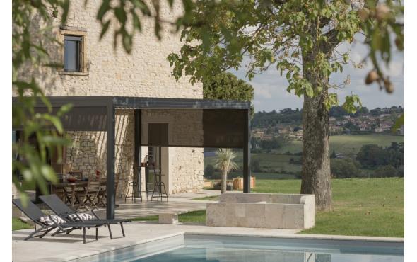 Pergola bioclimatique dans le Rhône